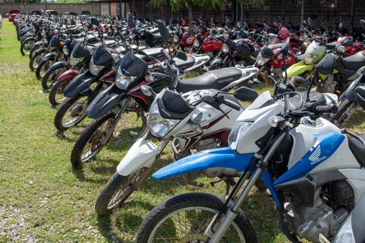 Serão ofertados 784 lotes, entre carros e motocicletas de diversos modelos, além de sucatas. (Foto: Reprodução/Detran Ceará)