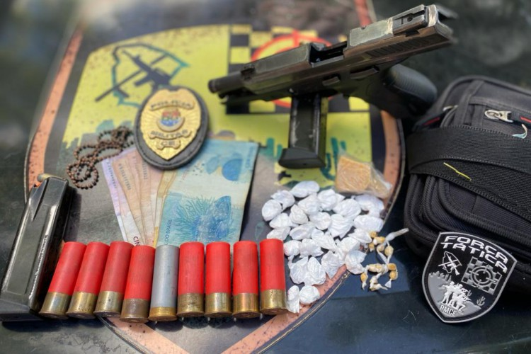 Com os presos na segunda-feira, 21, foram apreendidas duas armas de fogo, munições de vários calibres, carregadores de pistola e entorpecentes (crack e cocaína) (Foto: Reprodução/SSPDS)