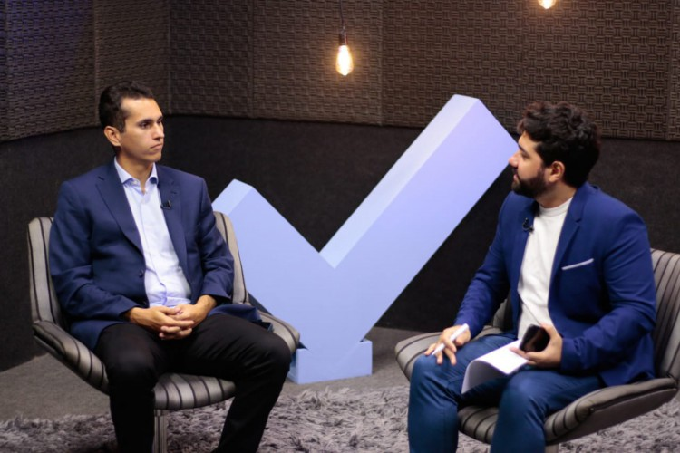 Domingos Neto é entrevistado por Italo Coriolano, João Marcelo Sena e Carlos Mazza, jornalistas do O POVO. (Foto: Barbara Moira/O POVO)