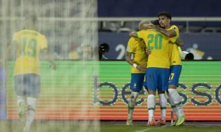 Jogadores da seleção brasileira comemoram gol de Roberto Firmino no jogo Brasil x Colômbia, no estádio Nilton Santos, no Rio de Janeiro, pela Copa América