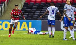 Atacante Bruno Henrique comemora gol no jogo Flamengo x Fortaleza, no Maracanã, pela Série A