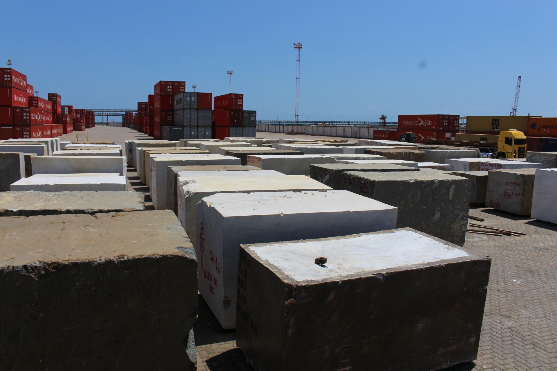 Embarque de rochas ornamentais extraídas no Ceará pelo Porto do Pecém