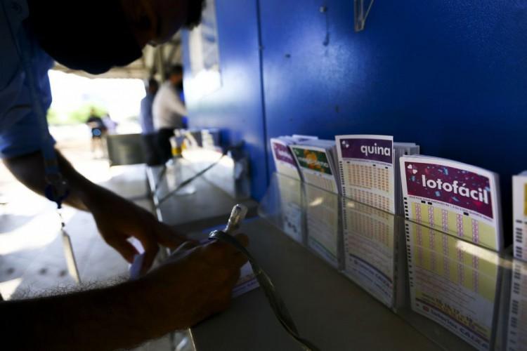 Apostadores fazem filas em casas lotéricas de Brasília. A Caixa Econômica Federal sorteia amanhã (12) a lotofácil da Independência. (Foto: Marcelo Camargo/Agência Brasil)