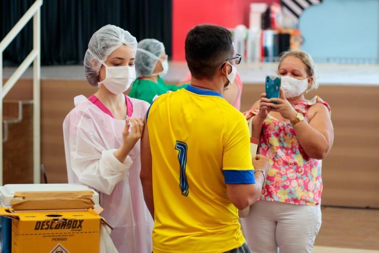 Aplicação do imunizante de dose única em Fortaleza utiliza a segunda remessa de vacinas da Janssen que chegou ao Ceará. Na foto, vacinação da população abaixo de 40 anos no North Shopping Jóquei (Foto: BARBARA MOIRA)