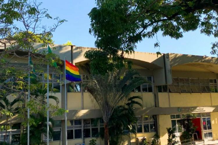 Bandeiras do Orgulho LGBT serão erguidas em frente a equipamentos públicos de Fortaleza a partir desta segunda-feira, 28   (Foto: Reprodução/Governo do Estado do Ceará)