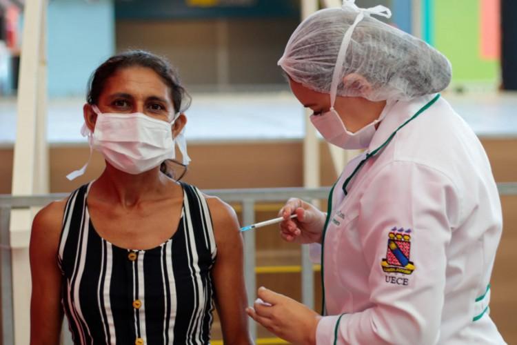Vacinação da população em geral, de 18 a 59 anos, começou em todos os municípios cearenses. Na foto, mulher é imunizada na Capital cearense (Foto: Barbara Moira/O POVO)