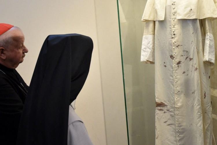 Na foto, cardeal Dziwisz está diante das vestes brancas de São João Paulo II.  Há relatos de negligência por parte de Dziwisz durante o mandato como Arcebispo de Cracóvia (Foto: REPRODUÇÃO/ Vatican News)