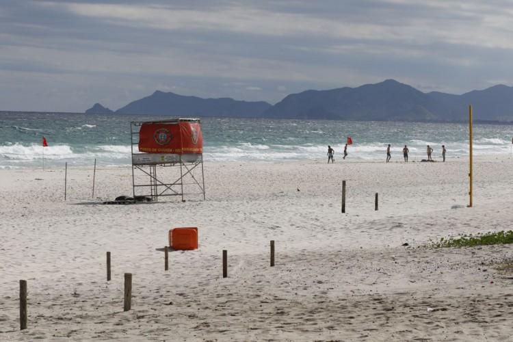 Praia da Barra da Tijuca durante o decreto da Prefeitura que determinou a parada emergencial de serviços não essenciais para conter a pandemia da covid-19 (Foto: Fernando Frazão/Agência Brasil; /Agência Brasil)