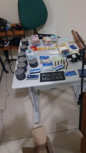 Objetos que foram apreendidos com o suspeito de violência doméstica em Senador Pompeu (Foto: Foto: Polícia Militar do Ceará)