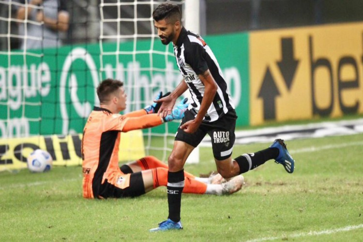 Jorginho comemora gol marcado pelo Ceará diante do São Paulo.  (Foto: Fabio Lima/O POVO)