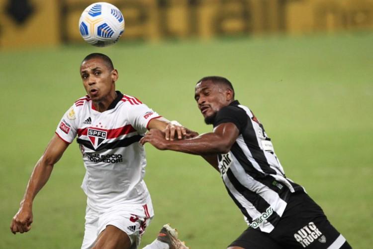Saulo Mineiro disputa bola com jogador do São Paulo em jogo do Ceará pelo Brasileirão.  (Foto: Fabio Lima/O POVO)