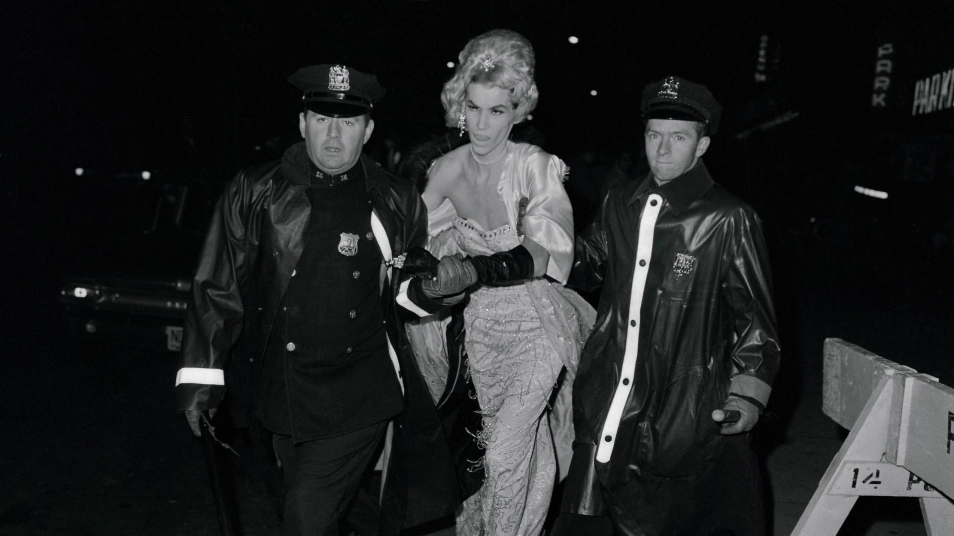 Em 28 de junho de 1969, a polícia de Nova Iorque fez uma inspeção no bar e prendeu 13 pessoas
