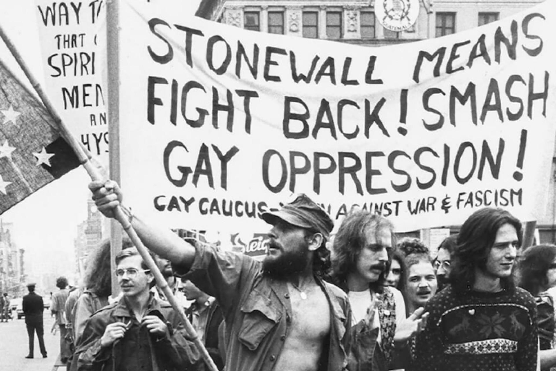 Os frequentadores do bar Stonewall se rebelaram contra tudo isso, tendo a opressão policial como estopim