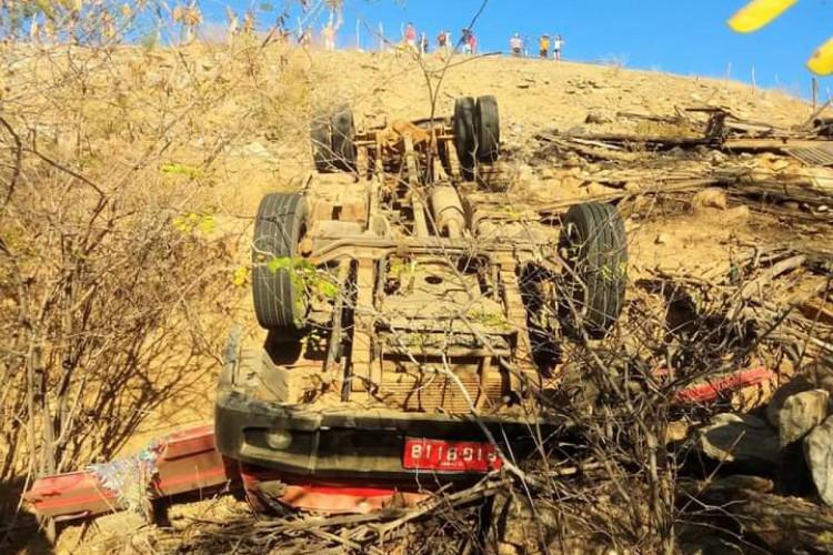 O caminhão desceu um barranco e capotou  (Foto: CBMCE/Reprodução )