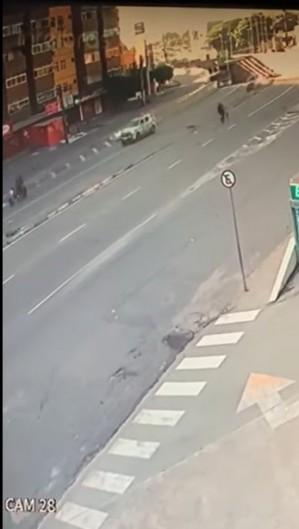 Acidente na avenida Borges de Melo, no dia 27 de junho, matou motociclista e deixou o garupa gravemente ferido (Foto: reprodução/WhatsApp O POVO)