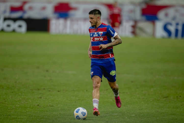 Lucas Crispim atua na ala esquerda na equipe de Vojvoda (Foto: Aurelio Alves)