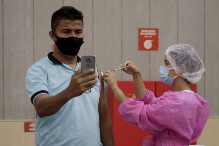 Centro de Eventos tem sido um dos principais polos para a vacinação em Fortaleza. Na Capital, imunização avança para público de 35 anos nesta sexta-feira, 1º (Foto: Thais Mesquita)