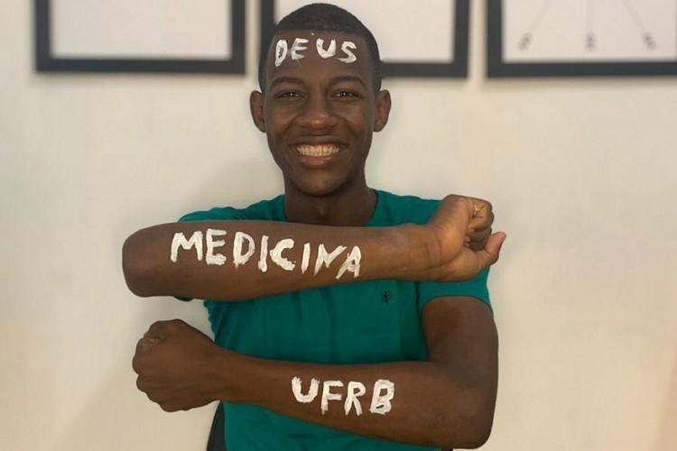 Com sonho de ser médico em comunidade quilombola, jovem que estudou em casa sem energia elétrica é aprovado no vestibular. (Foto: Reprodução/Twitter)