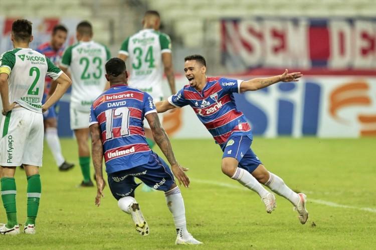 Yago Pikachu comemora gol marcado pelo Fortaleza diante da Chapecoense pelo Brasileirão no Castelão.  (Foto: Aurélio Alves/O POVO)