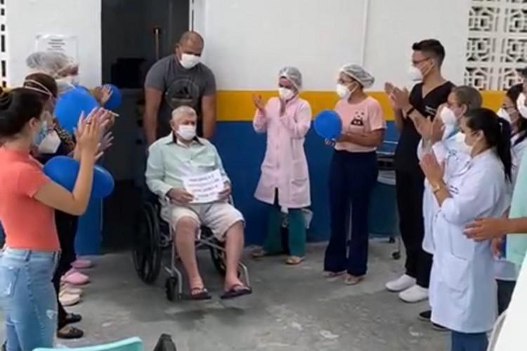 Equipe de profissionais da saúde celebra última alta médica do Hospital de Campanha de Santa Quitéria (Foto: divulgação)