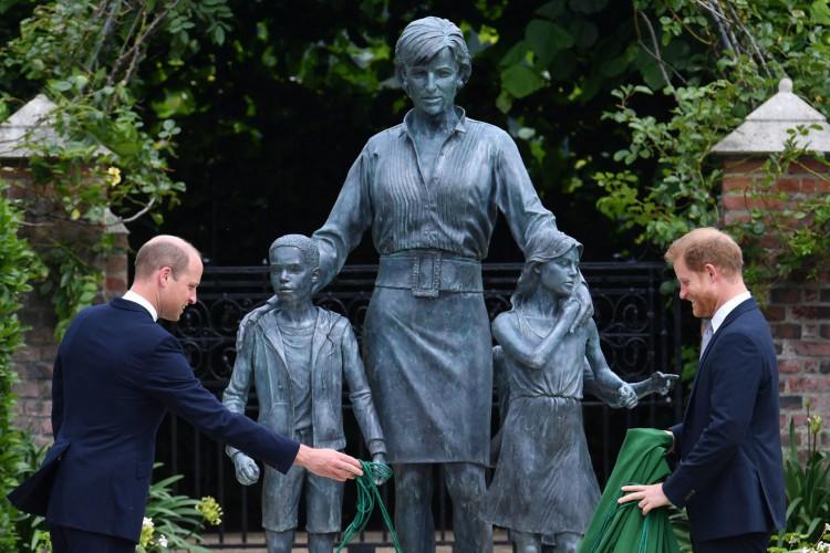 O príncipe William da Grã-Bretanha, o duque de Cambridge e o príncipe Harry da Grã-Bretanha, duque de Sussex inauguram uma estátua de sua mãe, a princesa Diana no The Sunken Garden no Palácio de Kensington, Londres em 1 de julho de 2021 (Foto: Dominic Lipinski / POOL / AFP)