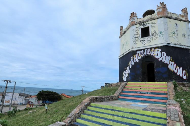 Uma faixa preta no entorno do prédio foi colocada para chamar atenção que o antigo Farol do Mucuripe está abandonado (Foto: Divulgação/MPCE)