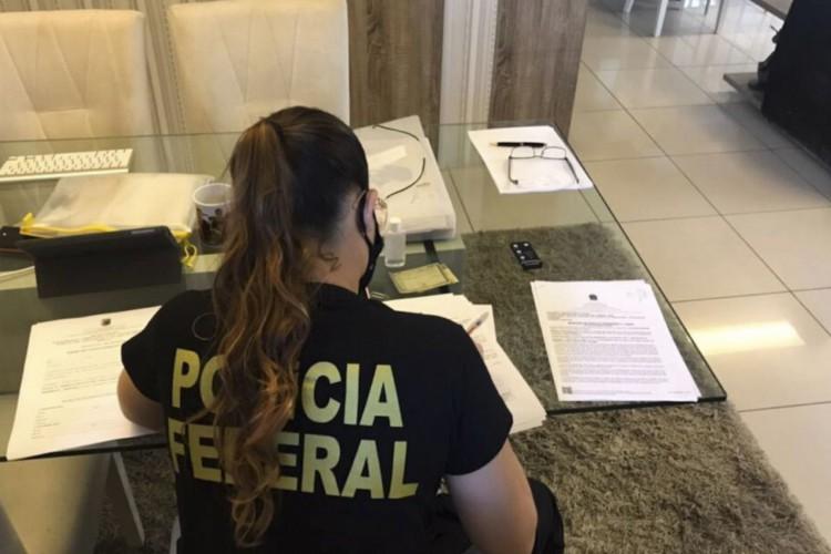 A Polícia Federal deflagrou hoje (8) a Operação Tempo Real, com o objetivo de desarticular um grupo de ex-servidores públicos que, com a ajuda de  (Foto: Polícia Federal / Operação Tempo Real)