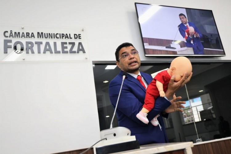 Sargento Reginauro (Pros) explicou na tribuna a manobra de Heimlich, para salvar crianças de engasgos. (Foto: Câmara Municipal de Fortaleza)