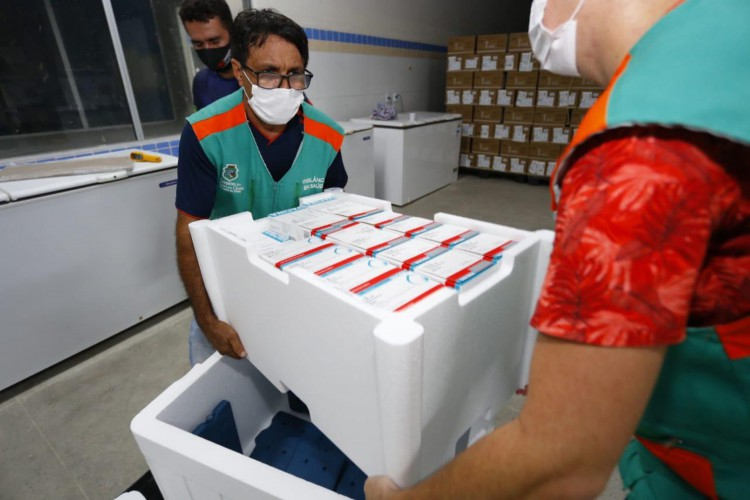 Novo lote de vacinas contra a Covid-19 chegou ao Ceará na noite dessa quarta-feira, 30 de junho (Foto: Tatiana Fortes/Governo do Ceará)