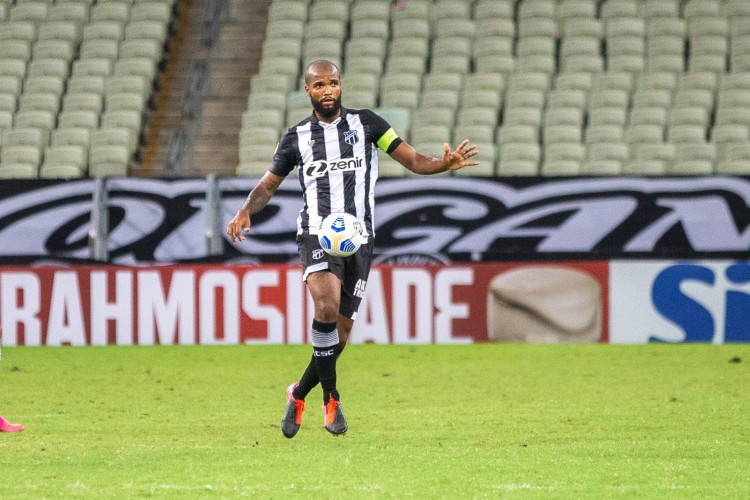Zagueiro Messias com a bola no jogo Ceará x Atlético-MG, na Arena Castelão, pelo Campeonato Brasileiro Série A (Foto: Felipe Santos/Ceará SC)