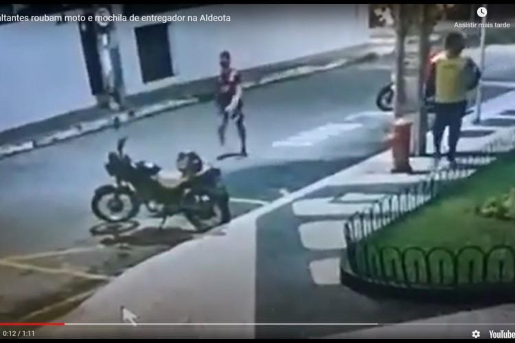 Criminosos roubam moto e mochila de entregador na Aldeota (Foto: Foto: Reprodução/Vídeo)