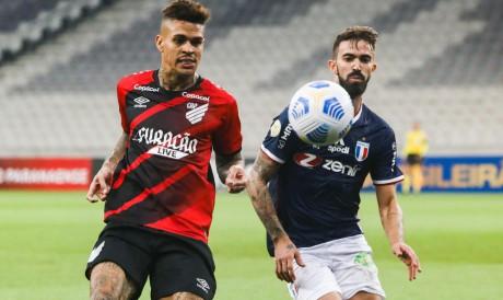 Fortaleza e Athletico-PR se enfrentam hoje, 23, pela Série A do Brasileirão. Veja onde assistir ao vivo à transmissão, qual horário do jogo e provável escalação.