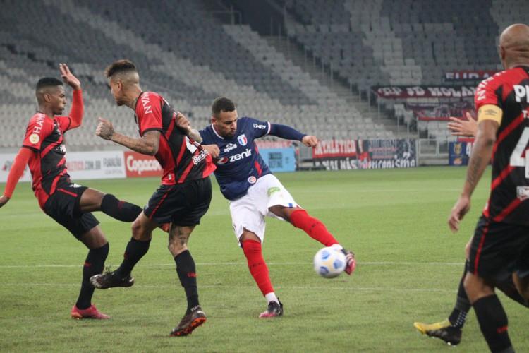 Igor Torres fazendo o único gol do Fortaleza contra o Athletico-PR na segunda etapa (Foto: Leonardo Moreira/Fortaleza EC)