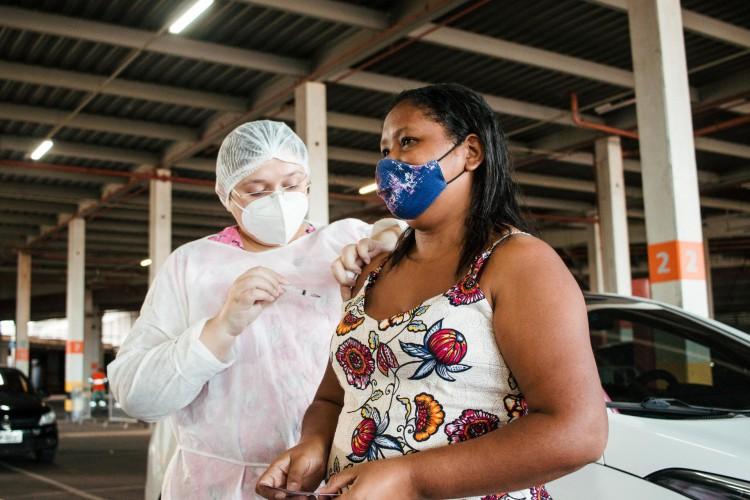 No momento, Fortaleza realiza vacinação contra a Covid-19 da população em geral, por ordem decrescente de idade (Foto: Fernanda Barros)