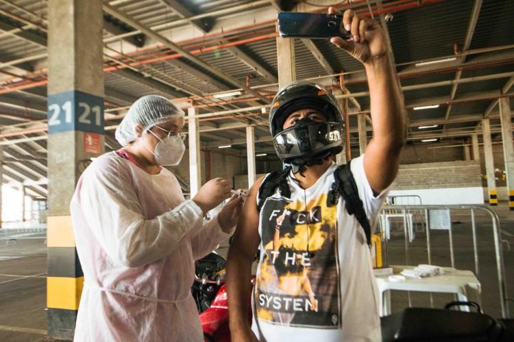 A campanha contra a Covid-19 em Fortaleza conta com 113 pontos de vacinação. 955 estão agendadas na terça-feira, 20/7 (20 de julho) (Foto: Fernanda Barros/ Especial para O POVO)