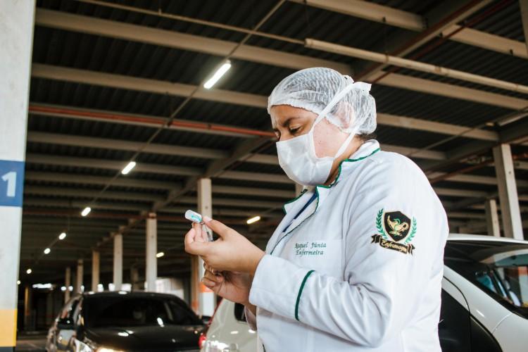 Nesta terça-feira, 6, vacina da Janssen começou a ser aplicada em Fortaleza. Na foto, imunização contra a Covid-19 em drive-thru na Arena Castelão (Foto: Fernanda Barros)