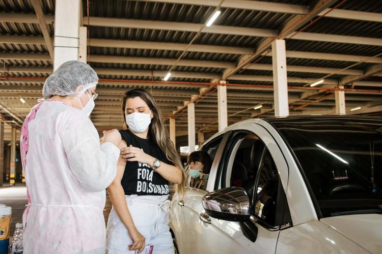 No momento, Fortaleza realiza vacinação contra a Covid-19 da população em geral, por ordem decrescente de idade. Na foto, vacinação na Arena Castelão (Foto: Fernanda Barros)