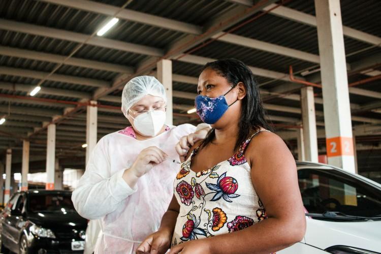 Em Fortaleza, vacinação vem ocorrendo para população em geral, de 18 a 59 anos, em ordem decrescente de idade, além dos grupos prioritários (Foto: Fernanda Barros)