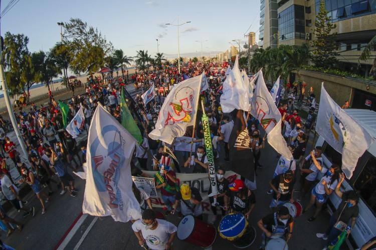 Protesto Fora Bolsonaro. Milhares de manifestantes de encontraram na Praça Portugal e andaram em passeata ate a praia de Iracema (Foto: Thais Mesquita)