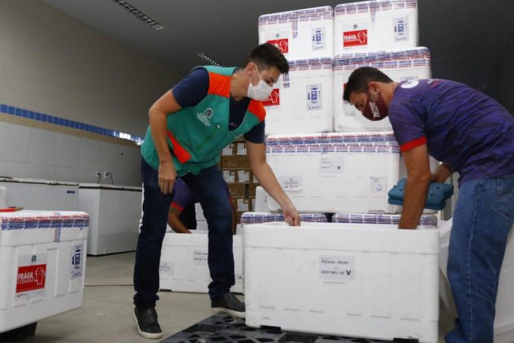 Novo lote de imunizantes está previsto para chegar ao Ceará nesta quinta-feira, 15 de julho (Foto: Tatiana Fortes/Governo do Ceará)