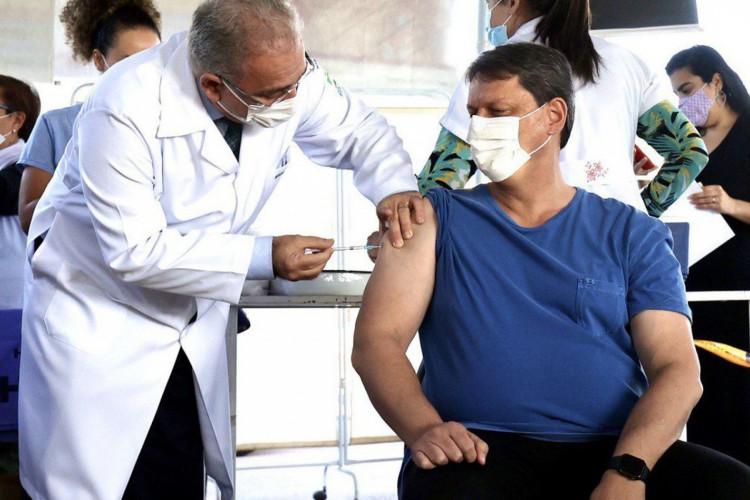 ministro da Saúde, Marcelo Queiroga aplicou vacinas Covid-19 em um posto de vacinação em Brasília. ministro Tarcísio de Freitas (Foto: Ministério da Saúde)