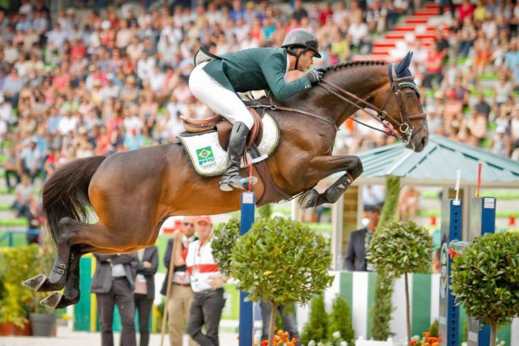Medalhista de ouro em Atenas, o cavaleiro Rodrigo Pessoa em competição com o cavalo Status Luis Ruas/CBH (Foto: Luis Ruas/CBH)