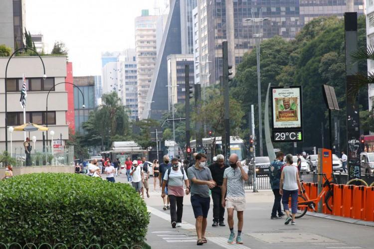 São Paulo - Movimento de pessoas na Avenida Paulista durante a fase vermelha da pandemia de covid-19 na capital. (Foto: Rovena Rosa/Agência Brasil)