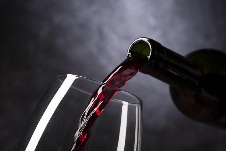 Vinho sendo servido em taça (Foto: Vinotecarium/Pixabay)