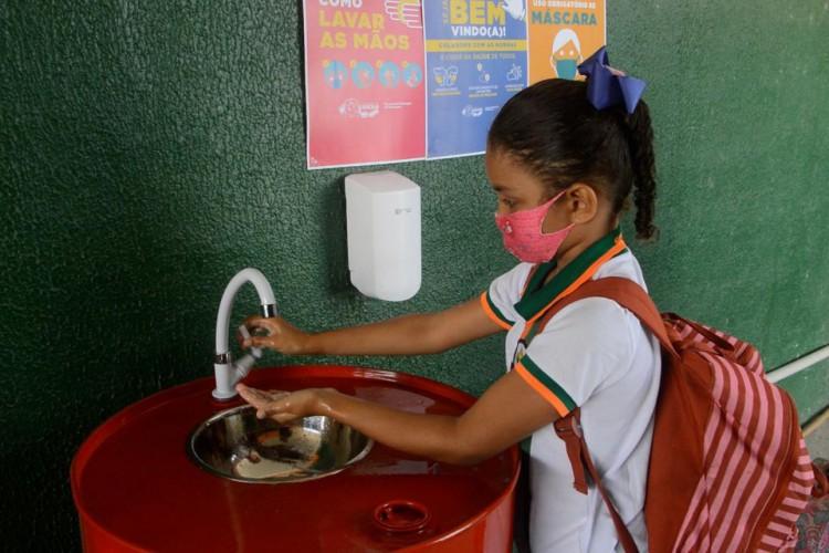 Os estudantes são submetidos a uma fila para higienização das mãos e aferição de temperatura (Foto: Romário Fernandes/Prefeitura de Caucaia)