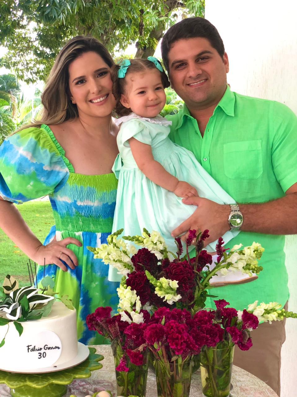 Heleninha com os papais  Bárbara Patrício e Fábio Gosson