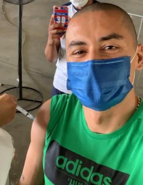 O atacante Wellington Paulista, do Fortaleza, recebeu a primeira dose da vacina contra a Covid-19(Foto: Reprodução/Twitter/Fortaleza EC)