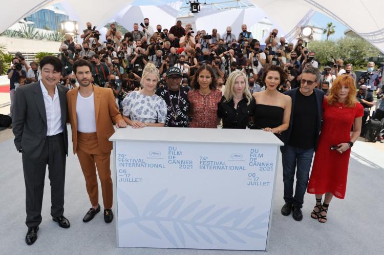 O júri do 74º Festival de Cannes, que tem o diretor brasileiro Kleber Mendonça Filho (penúltimo, da esquerda para a direita) como membro