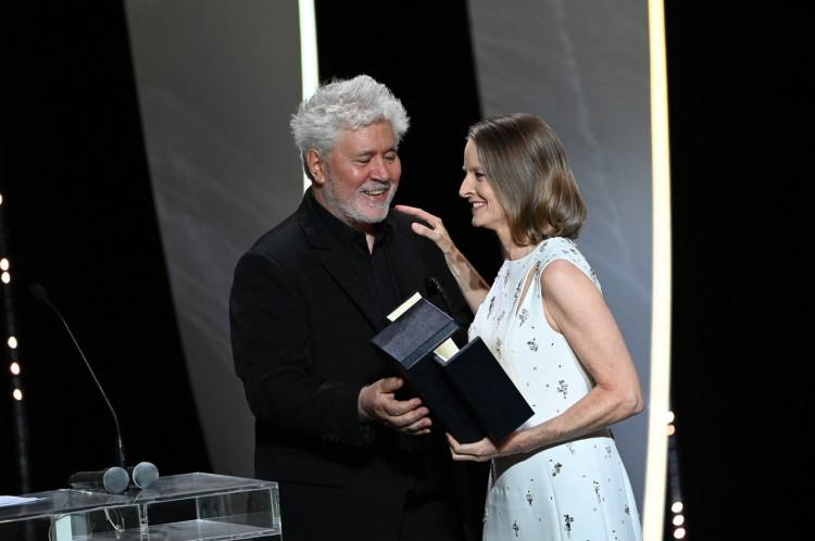 Jodie Foster recebe a Palma de Ouro do diretor Pedro Almodovar no 74º Festival de Cannes