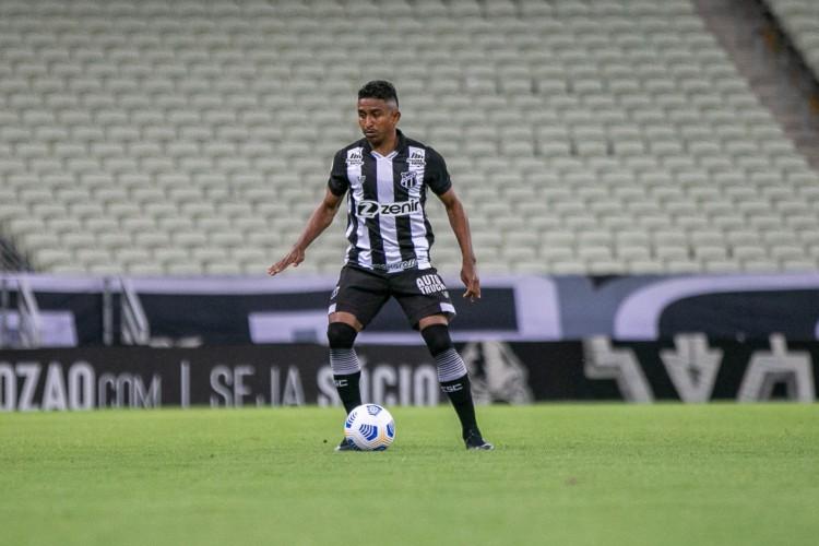 Lateral-direito Buiú com a bola no jogo Ceará x Juventude, na Arena Castelão, pelo Campeonato Brasileiro Série A (Foto: Felipe Santos/CearaSC)